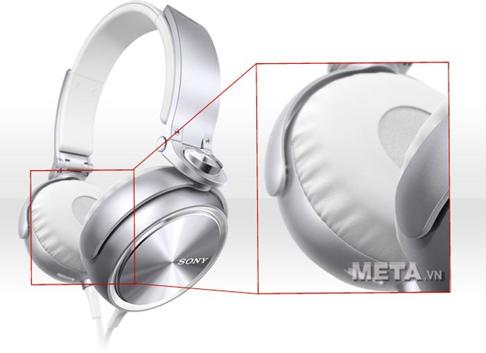 Tai nghe Sony MDR-XB610 thiết kế miếng đệm tai cách ly tiếng ồn tốt.