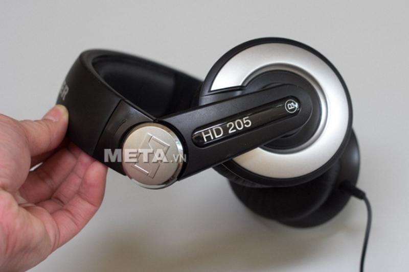 Tai nghe Sennheiser HD 205 EAST có thể uốn cong nên không tạo tạo áp lực khi người dùng đeo lên đầu