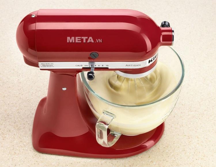 Máy trộn đa năng trụ nghiêng KitchenAid 5KSM150PSEER dùng nhào trộn bột làm bánh.