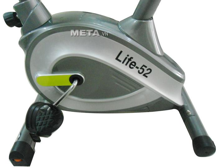 Xe đạp tập thể dục cố định Life 52 được làm bằng khung thép chịu lực có thể chịu được trọng lượng lên đến 120kg.