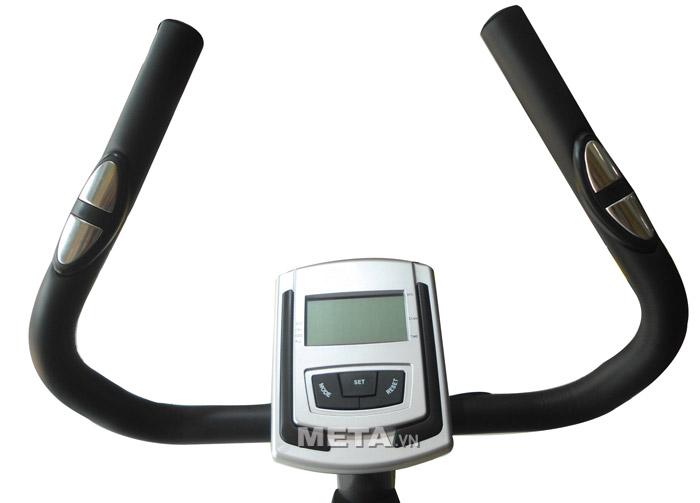 Xe đạp tập cố định Life 56 có cảm biến nhịp tim ngay trên tay cầm.