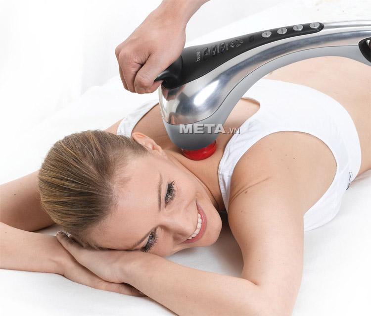 Máy massage cầm tay Beurer MG100 giúp massage thư giãn ở vùng lưng, đùi