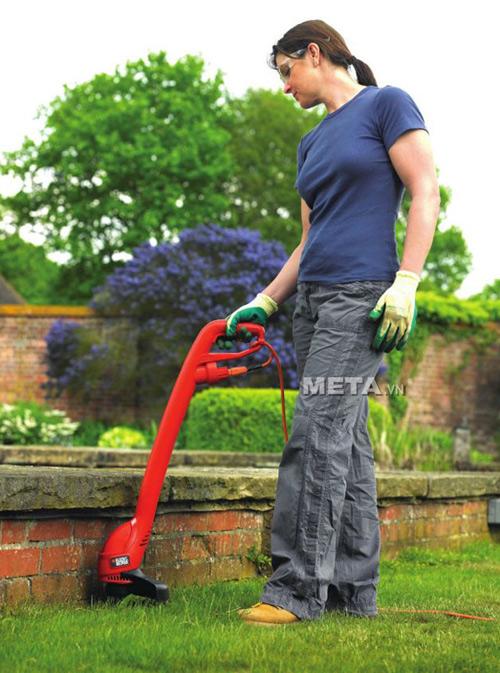 Sử dụng máy cắt cỏ cầm tay Black&Decker GL260 thật tiện dụng