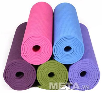 Thảm Yoga TPE 8 ly thiết kế dày dặn, mang lại cảm giác êm ái khi tập luyện.