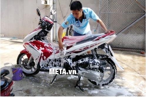Máy rửa xe V-JET VJ 120 giúp rửa xe máy tại nhà thật đơn giản.