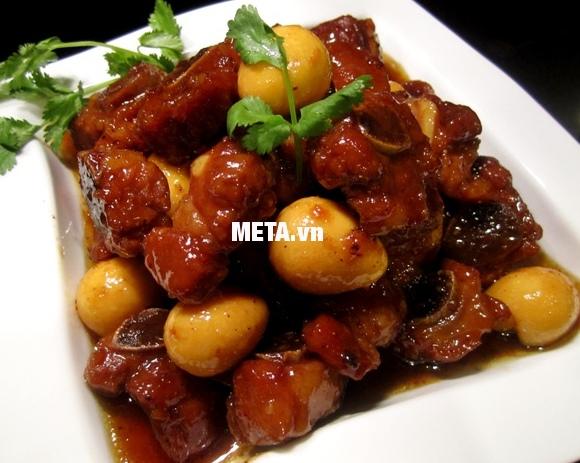 Xoong inox 5 đáy Celestine 20cm 2355276 giúp làm món thịt kho tàu cực ngon.