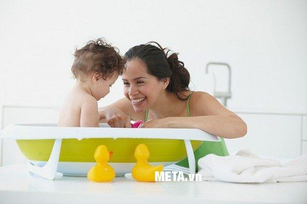 Các bé có thể thỏa thích tắm mà không lo lạnh với đèn sưởi nhà tắm - Đèn sưởi hồng ngoại Hans 4 bóng (loại ốp âm)