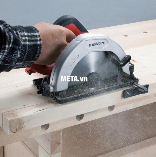 Máy cưa đĩa Maktec MT583 được trang bị phụ kiện đi kèm giúp cưa gỗ chính xác.