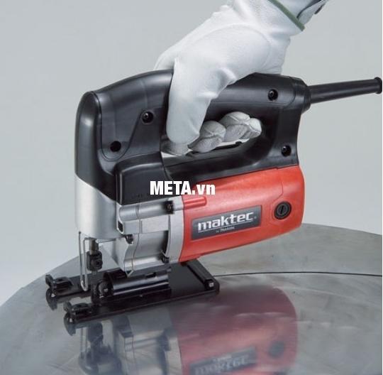 Máy cưa lọng Maktec MT430 dễ dàng cầm nắm khi sử dụng.