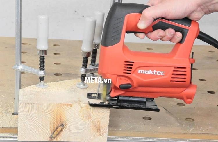 Máy cưa lọng Maktec MT431 dễ dàng thao tác trên gỗ, thép.