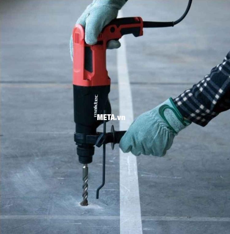 Máy khoan động lực Maktec MT870 cho khả năng khoan bê tông mạnh mẽ.