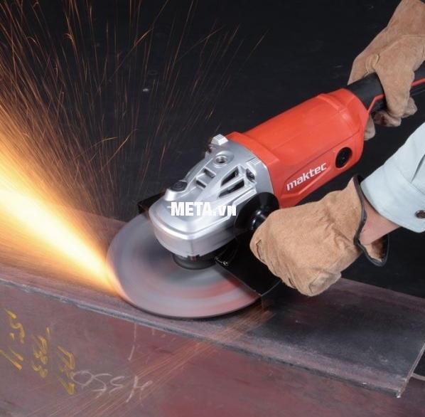 Máy mài góc Maktec MT903 cho khả năng mài vật liệu mạnh mẽ.