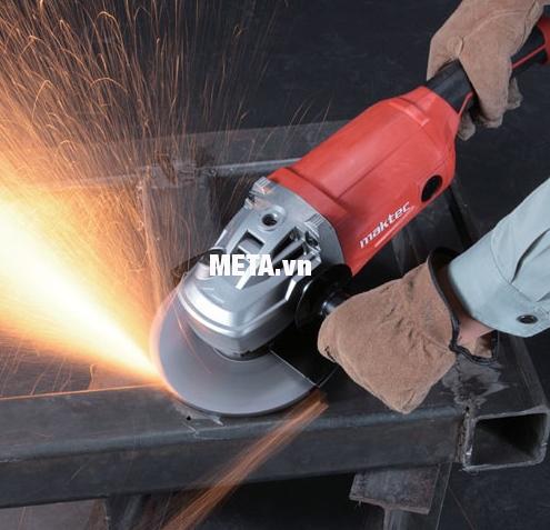 Máy mài góc Maktec MT902 an toàn khi sử dụng nhờ lớp vỏ máy cách điện.