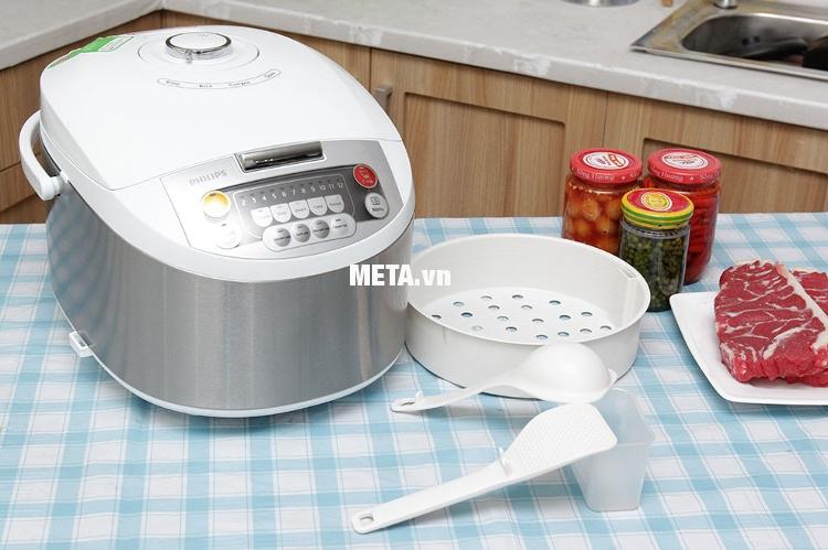 Nồi cơm điện tử Philips HD-3038 kèm theo 2 muỗng, xửng hấp và cốc đong gạo.