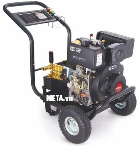 Máy phun rửa cao áp chạy dầu diesel Kocu KD178F giúp rửa xe nhanh chóng, dễ dàng.