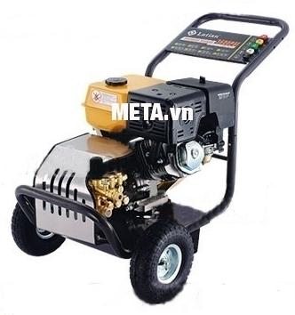 Máy rửa xe chạy bằng xăng Lutian 18G30-13A dễ dàng di chuyển.