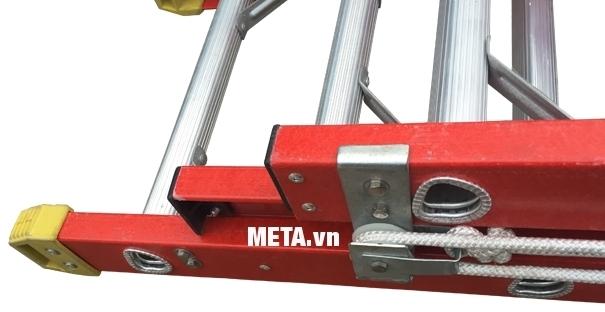 Thang cách điện ba đoạn Nikawa NKL-100 thiết kế chân đế chống trơn trượt.