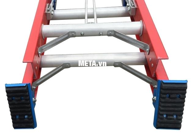 Thang cách điện hai đoạn Nikawa NKL-60 thiết kế chân đế bọc cao su.