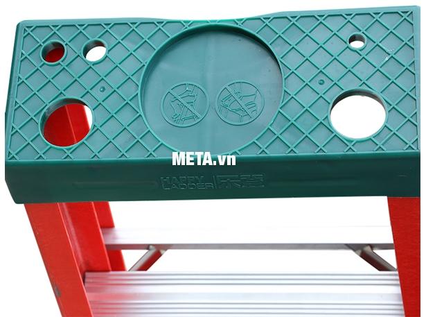 Thang cách điện chữ A Nikawa NKJ-6C thiết kế bậc đứng an toàn hơn nhờ kích thước lớn và độ ma sát cao.