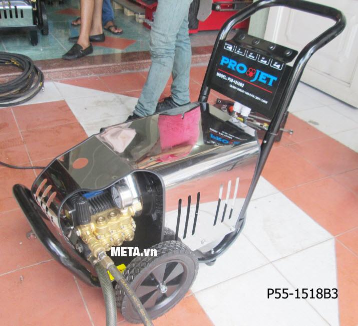 Máy rửa xe cao áp Projet P55-1518B3 (5.5kw) với thiết kế bánh xe và dây dẫn dài giúp di chuyển dễ dàng.