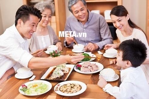Bữa cơm gia đình thơm ngon, đầy đủ chất dinh dưỡng với bộ nồi Berndes Balance Smart.