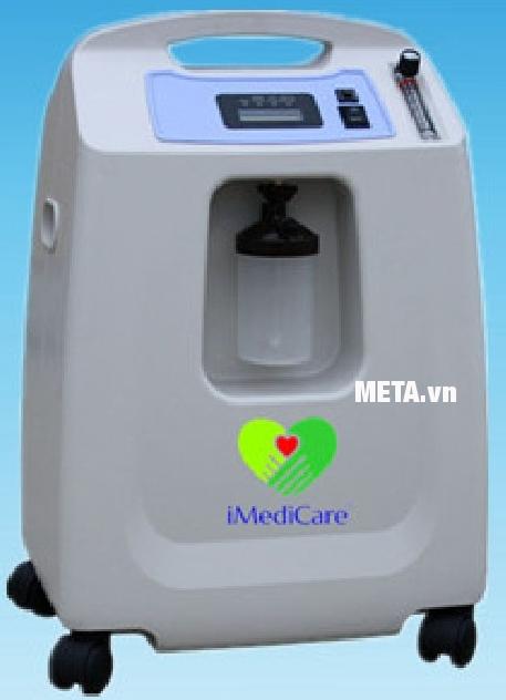 Máy tạo oxy iMediCare OC 5LH có bánh xe dễ di chuyển.