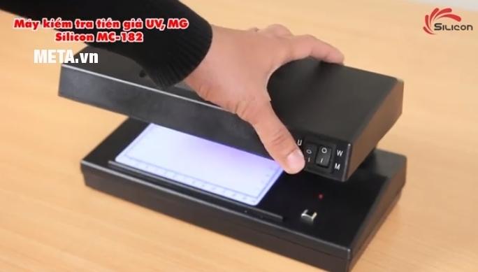 Máy kiểm tra tiền giả UV, MG Silicon MC-182 vô cùng nhỏ gọn, di chuyển dễ dàng.