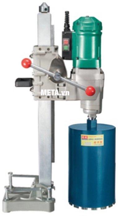Hình ảnh minh họa mũi khoan rút lõi bê tông được lắp vào máy khoan rút lõi bê tông DCA
