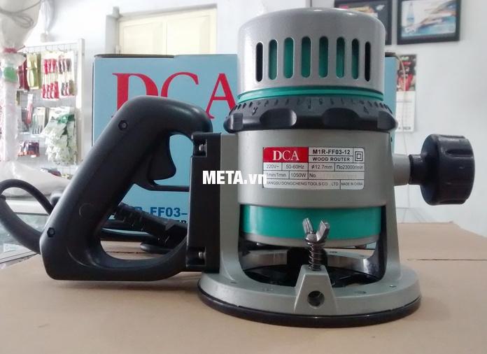 Máy phay gỗ 1050W DCA AMR03-12 (M1R-FF03-12) thiết kế đơn giản, dễ sử dụng.