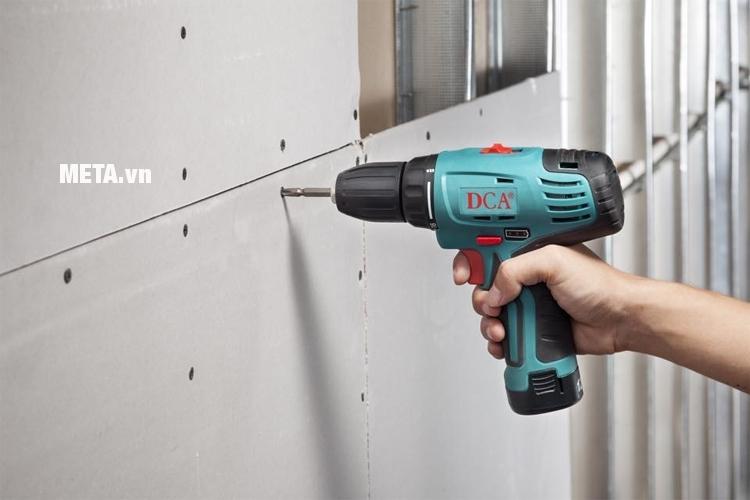 Máy xiết vít dùng pin DCA POL-FF-8 giúp xiết bu lông vào tường dễ dàng.