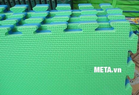Thảm trải sàn 1m x 1m x 20mm có thể lắp ráp lại với nhau để trải trong nhà hoặc lớp học mẫu giáo.