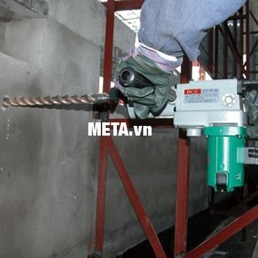 Máy đục bê tông DCA ZIG-FF05-6 có thể đục phá dễ dàng những mảng bê tông lớn.