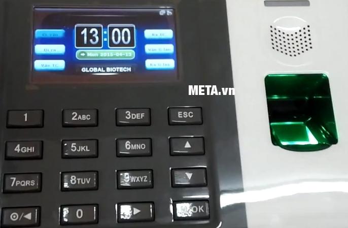 Máy chấm công vân tay Ronald Jack DG 100 với màn hình cảm ứng.