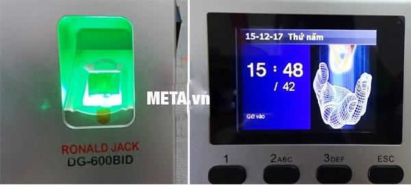 Máy chấm công bằng vân tay và thẻ từ Ronald Jack DG-600BID với màn hình cảm ứng lớn.
