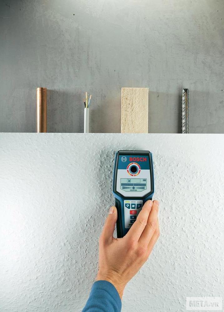 Máy dò đa năng Bosch GMS120 giúp phát hiện gỗ bên trong tường bê tông.