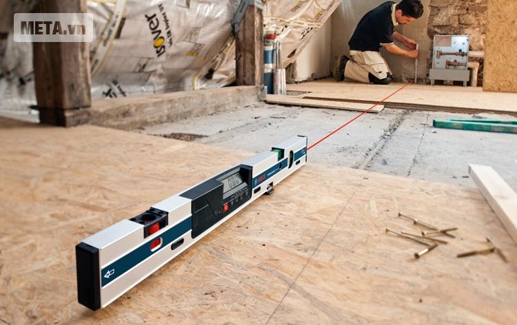 Thước đo nghiêng kỹ thuật số Bosch GIM 60L có kiểu dáng thanh mảnh và hiện đại.