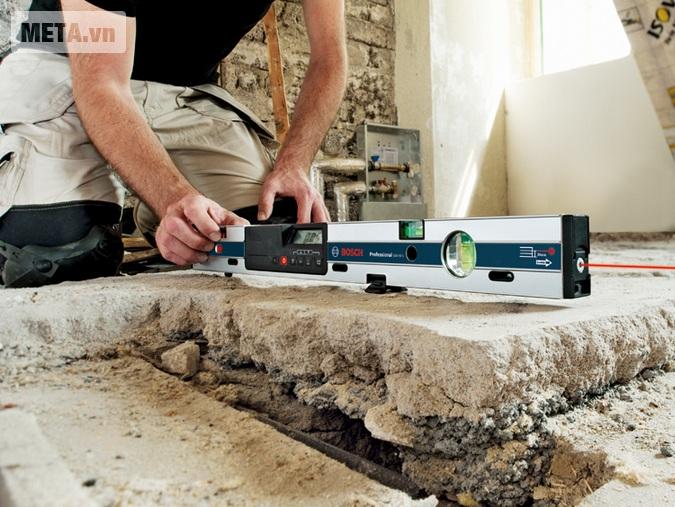Thước đo nghiêng kỹ thuật số Bosch GIM 60L sử dụng đơn giản.