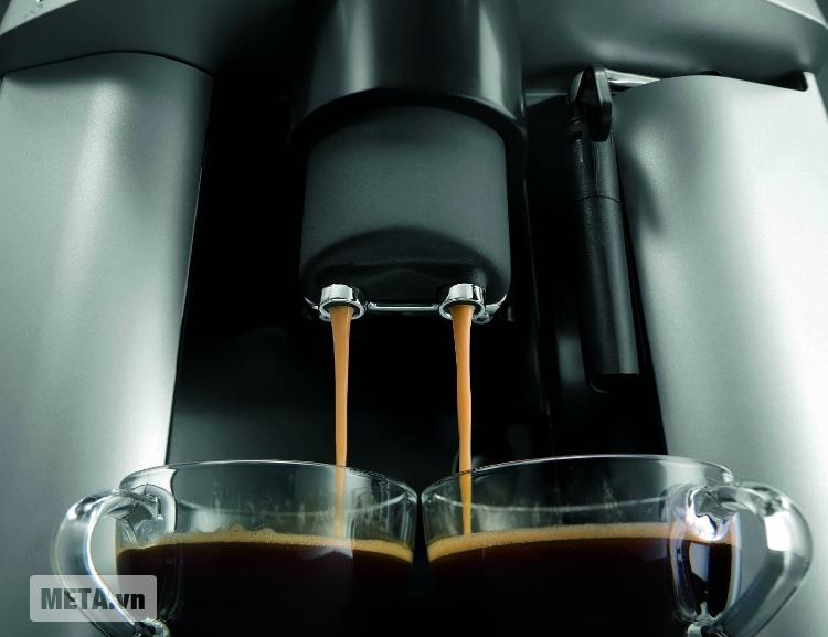 Máy pha cà phê Delonghi ESAM3000.B có khả năng pha 2 tách cùng lúc.