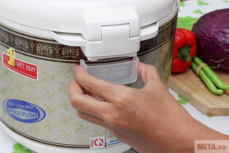 Nắp đựng nước của nồi cơm điện Sharp KS-N18ETV được làm bằng nhựa cao cấp.