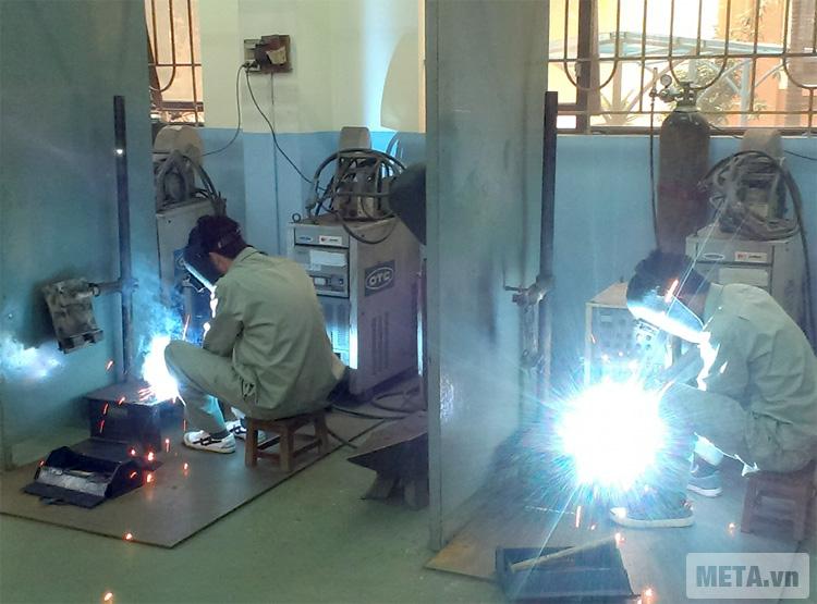 Máy hàn Oshima S Mos 200N giúp hàn các mối nối của vật liệu kim loại.
