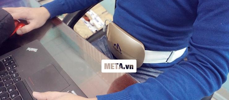 Người dùng có thể vừa đeo đai massage bụng Mofit 2016 và ngồi máy tính rất tiện lợi.