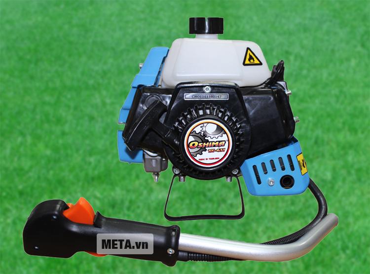 Máy cắt cỏ Oshima TX 411 với động cơ chạy bằng xăng pha nhớt.