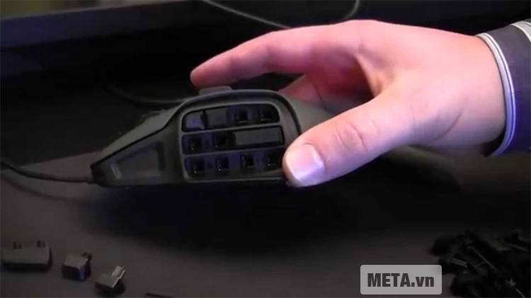 Chuột máy tính Roccat Nyth có thể thay đổi các phím dễ dàng.