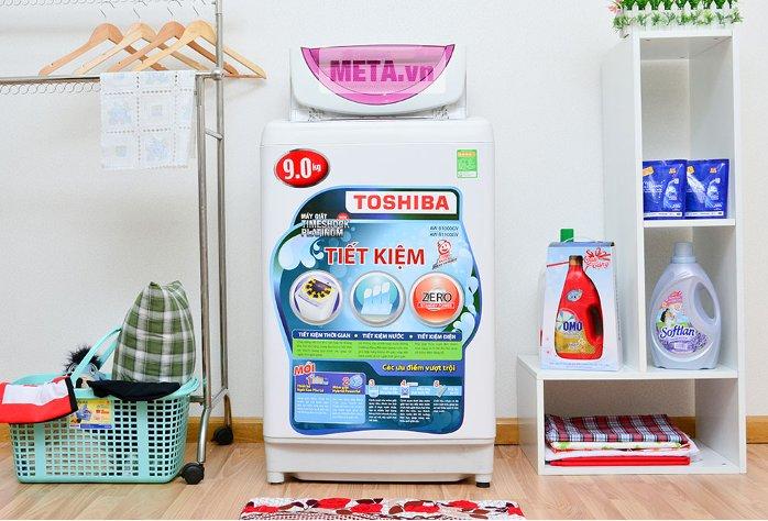 Máy giặt cửa trên 9 kg Toshiba B1000GV sở hữu thiết kế màu trắng tinh tế.