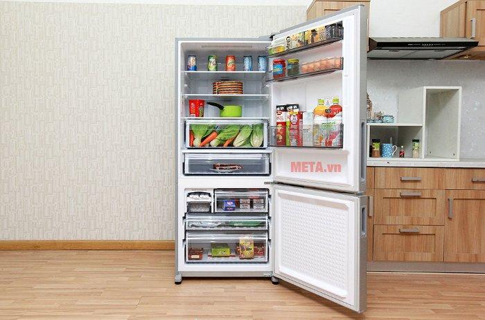 Tủ lạnh có dung tích lớn, phù hợp với gia đình đông thành viên.