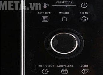 Lò còn có nút nhấn mở, đóng dễ dàng khi sử dụng.