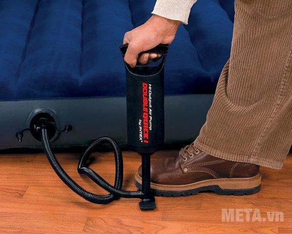 Bơm tay INTEX 68612 (29cm) có 2 vị trí đạp chân giúp cân bằng bơm tốt