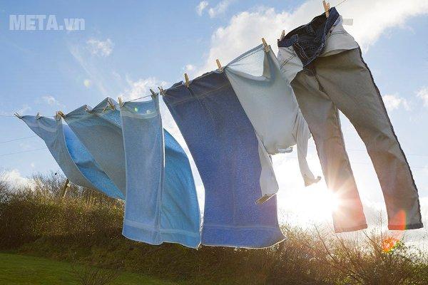 Quần áo sạch sẽ thơm tho hơn với máy giặt cửa trước 8kg Hitachi BD-W80MV.
