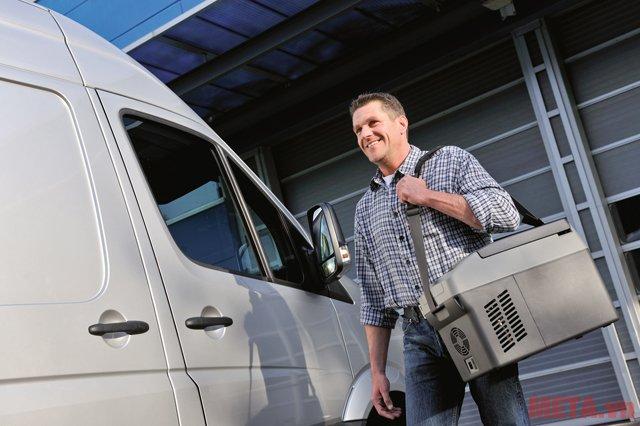Tủ lạnh ô tô Mobicool Waeco CF11 có dây đeo giúp mang vác dễ dàng.