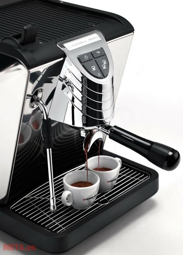 Máy pha cà phê Nuova Simonelli Oscar II có thể pha 2 tách cà phê cùng lúc, giúp tiết kiệm thời gian.
